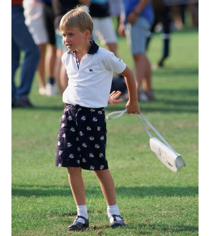 Guillermo sosteniendo el bolso de su madre durante un partido de Polo.