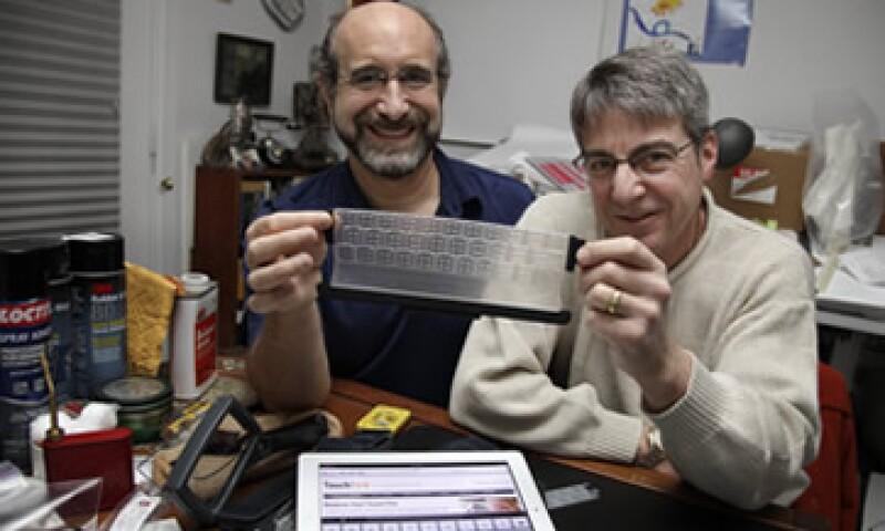 Steven Isaac (i), director general de TouchFire, y Brad Melmon, director de desarrollo de productos, muestran el invento. (Foto: AP)