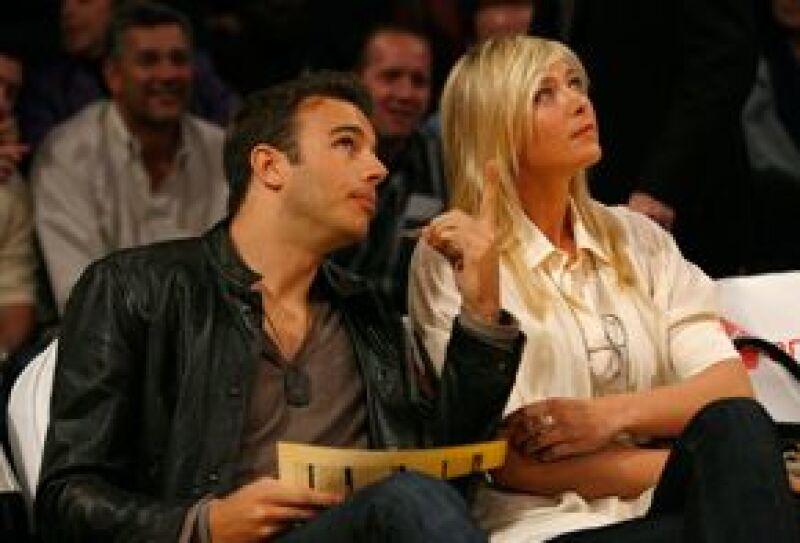 La tenista rusa asistió a un juego de Los Lakers acompañada por Charlie Ebersol, hijo de uno de los jefes de la NBC Sports, con quien se dice vive un romance.