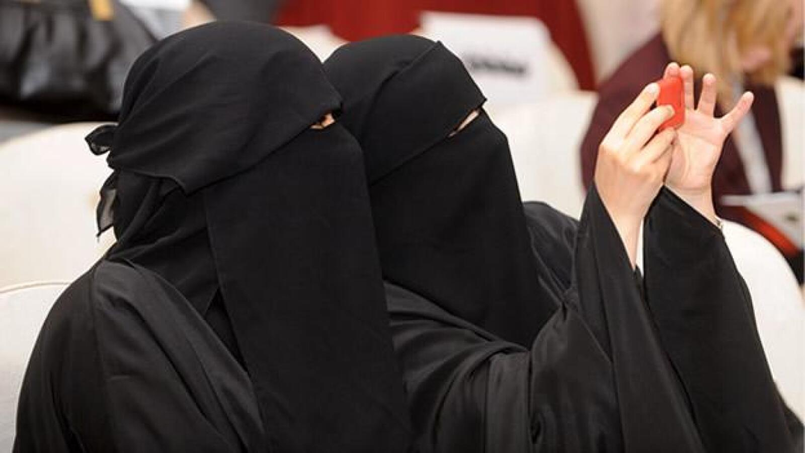 Dos mujeres kuwaitíes durante un seminario sobre la libertad de los medios de comunicación en el Golfo Arábigo, organizado por Libertades Públicas y Derechos Humanos, y  la Unesco
