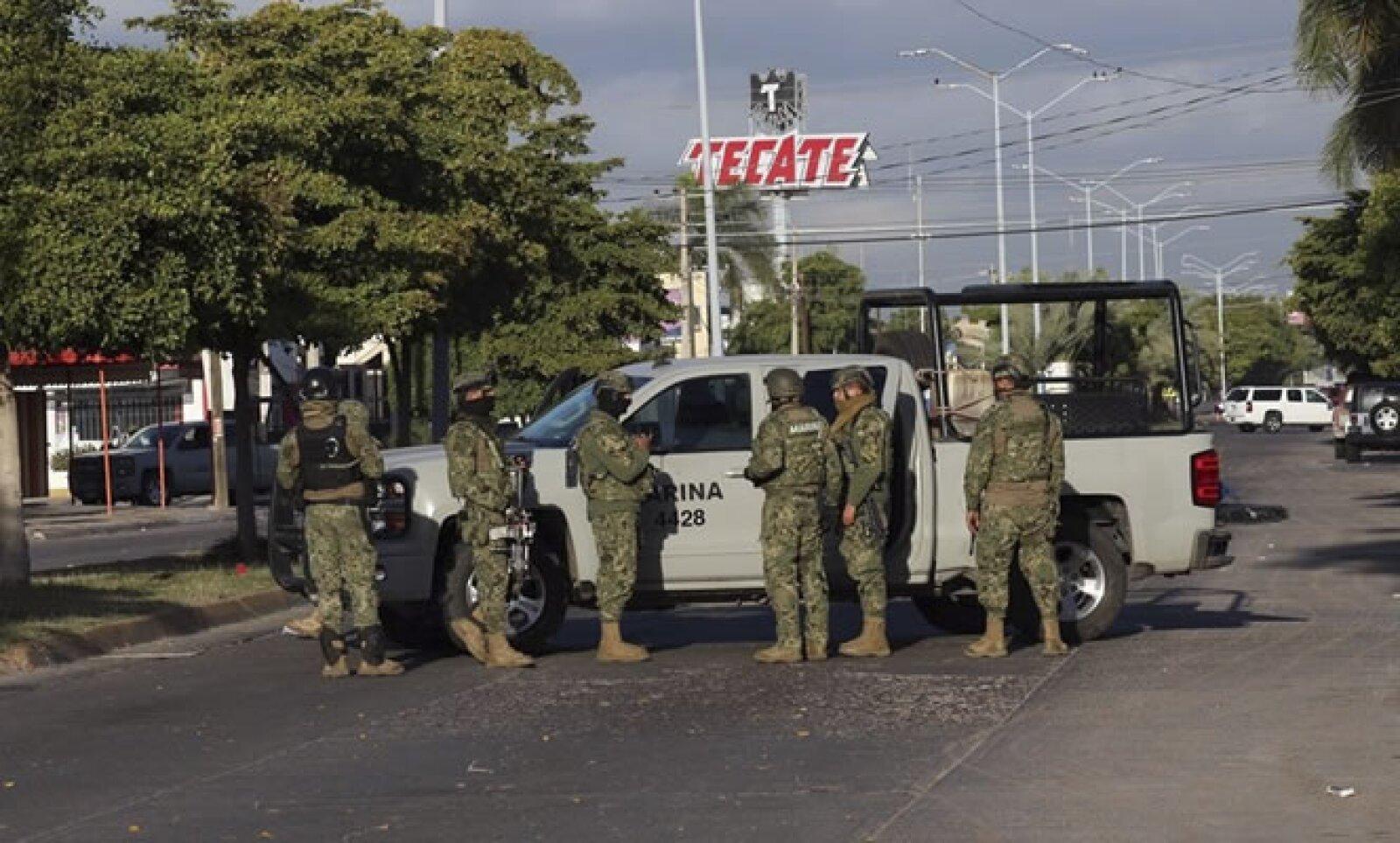 La operación donde se aprehendió a Guzmán Loera tuvo lugar cerca de las 4:30 horas, cuando se desató un enfrentamiento que dejó a cinco narcotraficantes muertos y a seis detenidos, dijo la Marina de México.