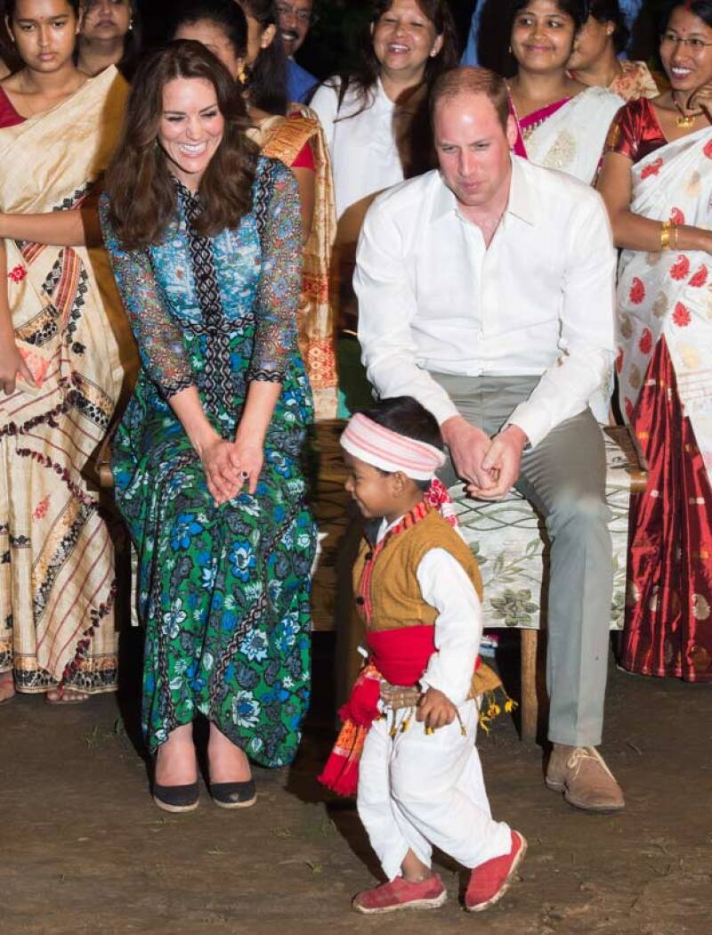 Los duques de Cambridge se conmovieron ante un niño hindú que bailó ante ellos en un festival, e incluso se acercaron con él para conocerlo.