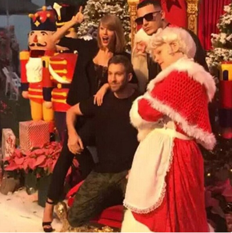 La cantante aprovechó la temática que caracteriza a diciembre para celebrar su cumpleaños, acompañada de su novio Calvin Harris.