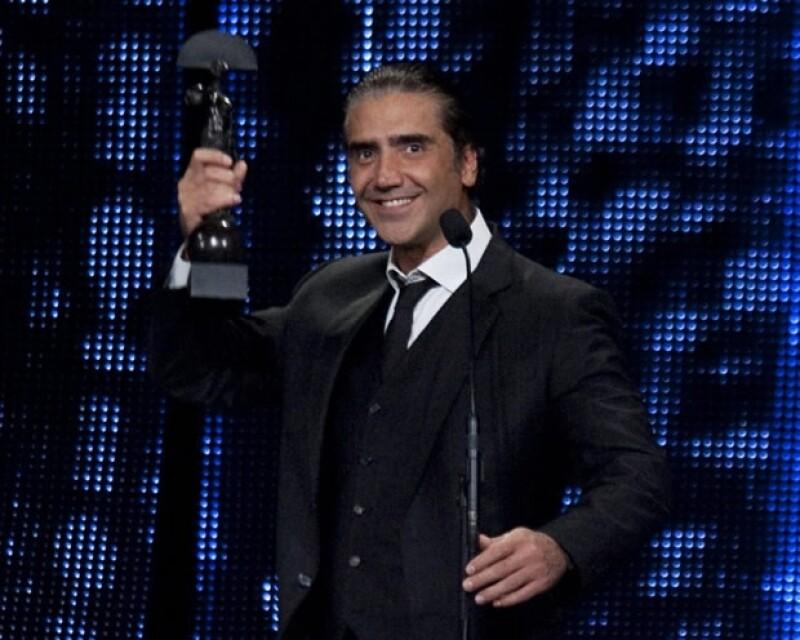 Alejandro Fernández durante la premiación.