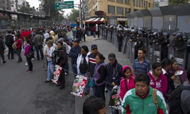 Desde las 07:00 horas, miembros de la CNTE marcharon desde el Zócalo hacia la sede de la Cámara alta. (Foto: Cuartoscuro)