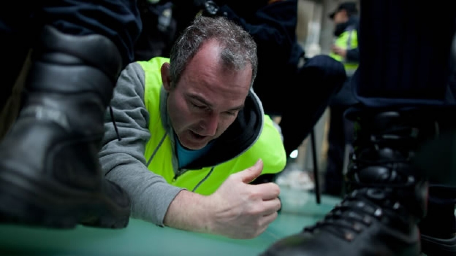arresto de trabajador durante una protesta en el aeropuerto