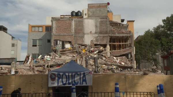 Mujer excavó con sus propias manos y se salvó de morir entre los escombros