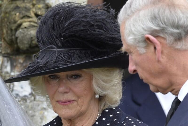 Camilla, notablemente afectada, caminó detrás del ataúd de su hermano.