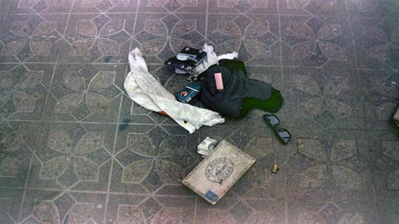 Otras pertenencias del artista como lentes de sol, cartera, su caja de drogas y los cartuchos de bala.