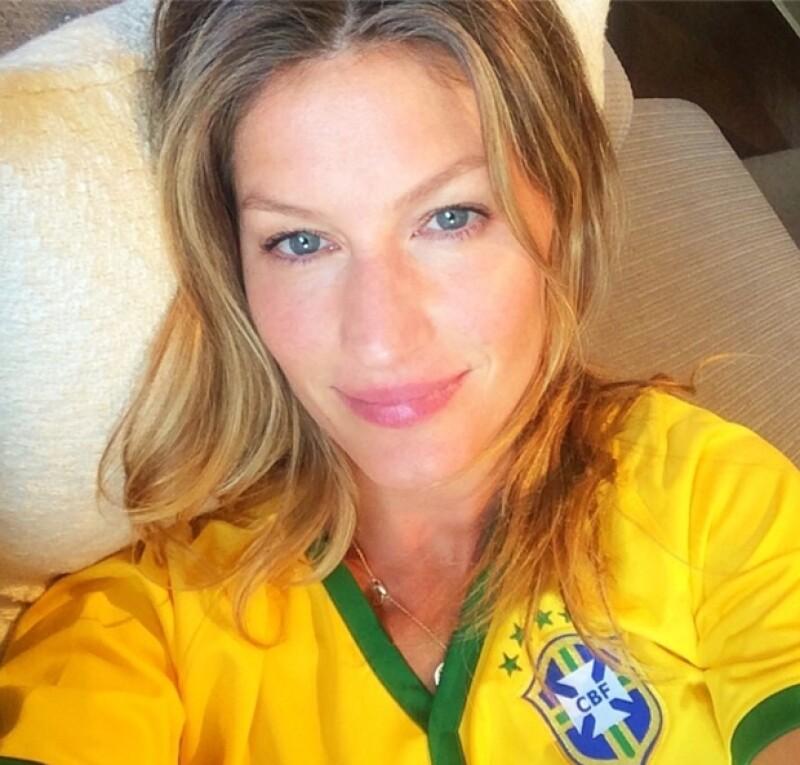 Gisele siempre orgullosa de su país no ha parado de apoyar, sobre todo ahora que Brasil avanzó a semifinales contra Alemania.
