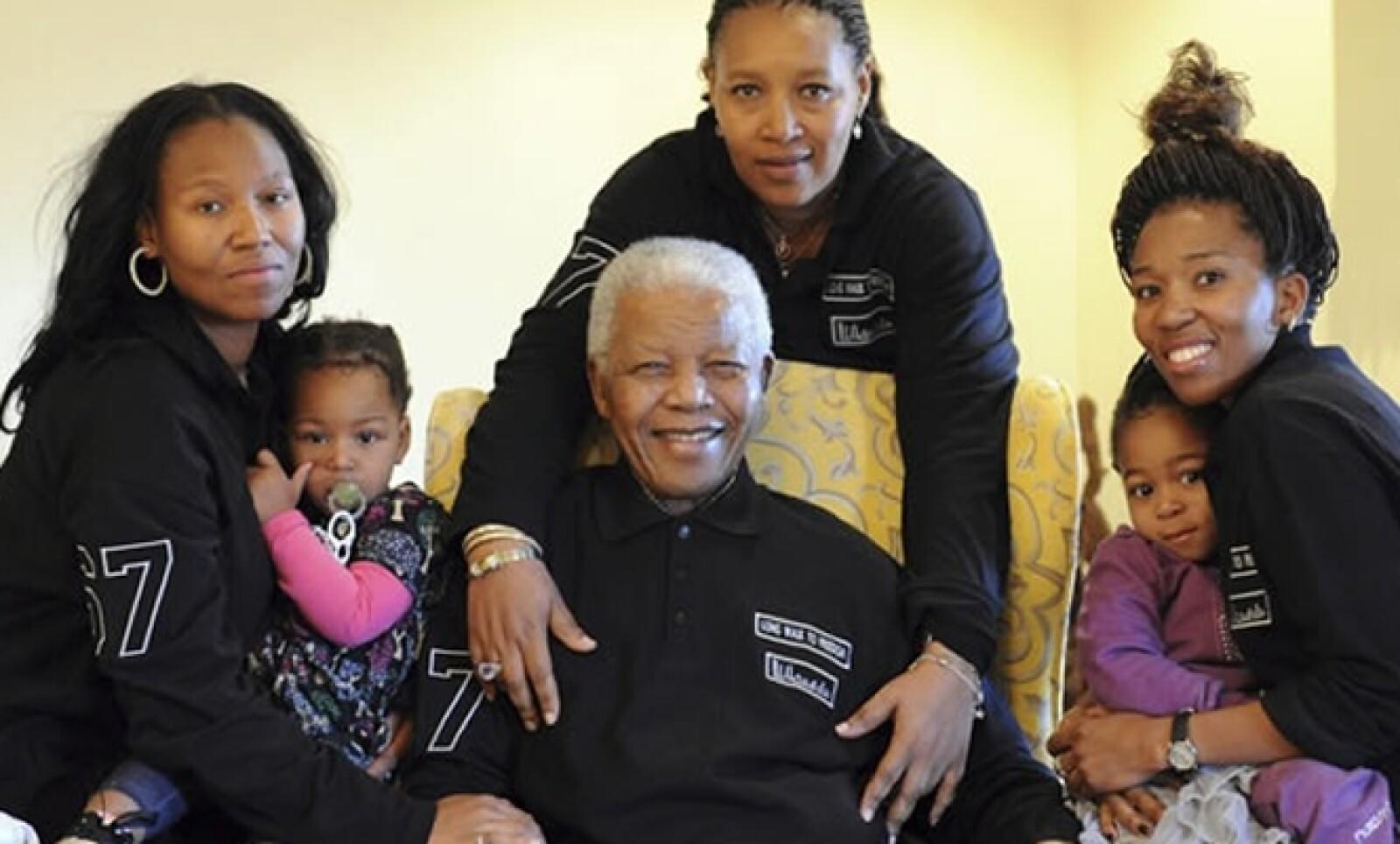Mandela lamentó a menudo que su compromiso con el pueblo sudafricano le obligase a descuidar a su familia, cuyas polémicas y disputas internas marcaron los últimos meses de vida del expresidente.