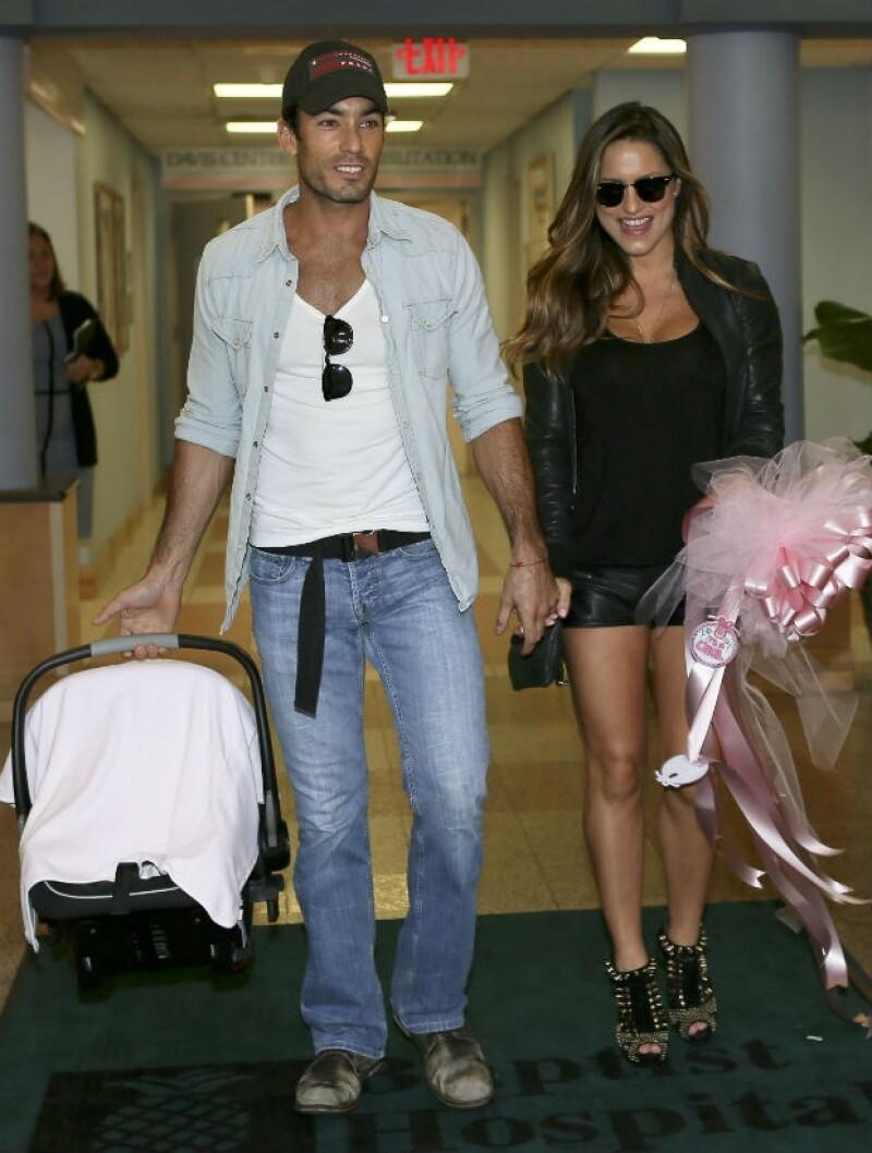 Así salieron Lola y Aarón con su bebé de un hospital en Miami. Ella se veía espectacular, sin estragos del parto.