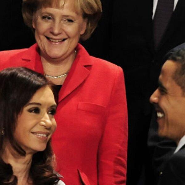El mandatario estadounidense causó sensación entre la presidenta argentina, Cristina Fernández, y la canciller alemana, Angela Merkel, al momento de posar para la foto oficial de la cumbre.