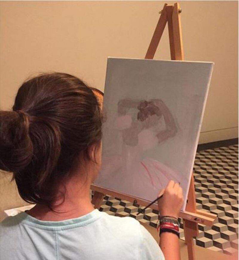 Manuela, quien cumplirá próximamente 15 años, tiene talento para la pintura, habilidad que su mamá presumió orgullosa en Instagram.