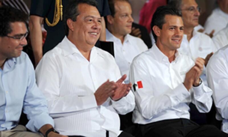 El presidente estuvo acompañado del gobernador Ángel Aguirre (c) y del legislador Armando Ríos Piter (i). (Foto: Notimex)