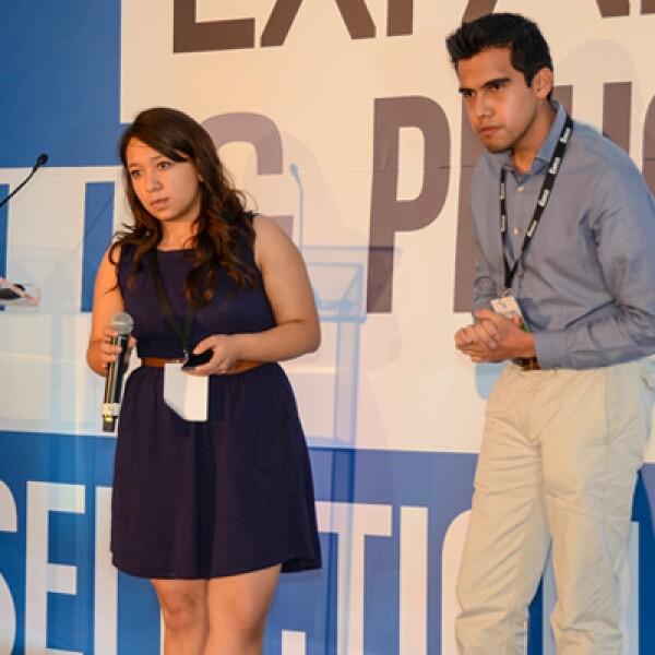 Gabriela González y Benigno Hernández responden las preguntas del jurado sobre su iniciativa de educación en línea.