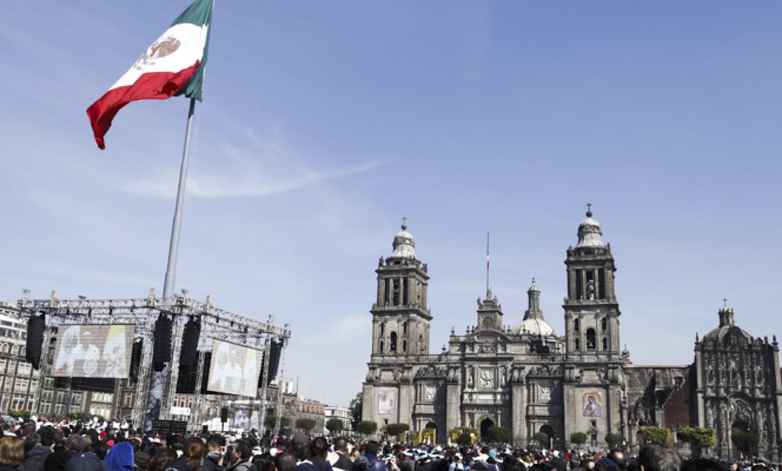 El mensaje del Papa en Palacio Nacional se transmitió a través de pantallas gigantes colocadas en el Zócalo por las autoridades.