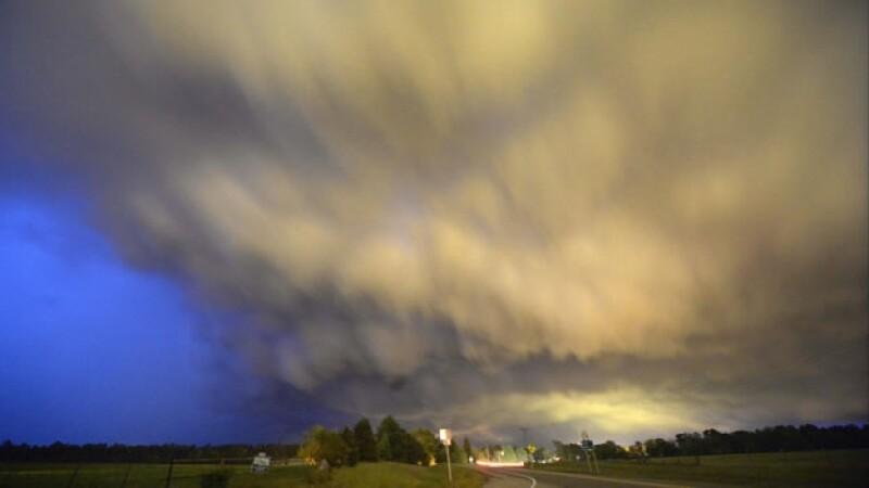 Uno de los tornados que azotó Arkansas este domingo; la foto fue tomada en Hampton, mientras las autoridades se mantienen alerta ante los daños