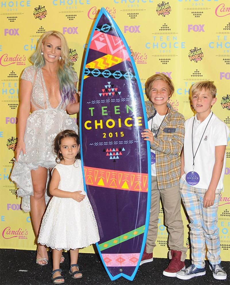 La cantante acudió a la entrega de premios acompañada de sus hijos, Jayden y Sean.