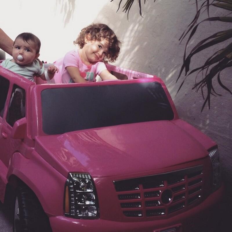 Un carrito rosa fue uno de los regalos que Erin recibió, además de una mini baterìa para tocar música.