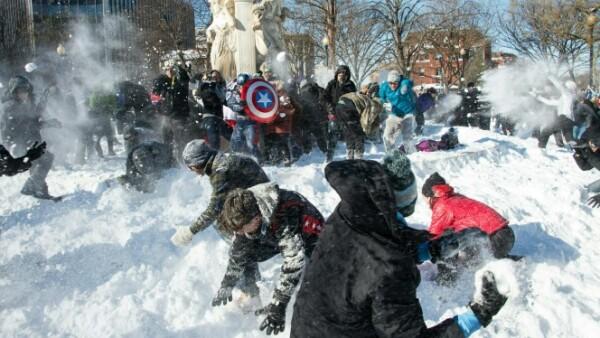 Aunque la situación fue apremiante por horas, para algunos significó diversión, como este grupo de 'superhéroes' que intentó defender Dupont Circle.