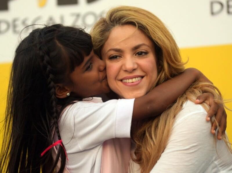 Shakira se mostró amable con los pequeños de la localidad.