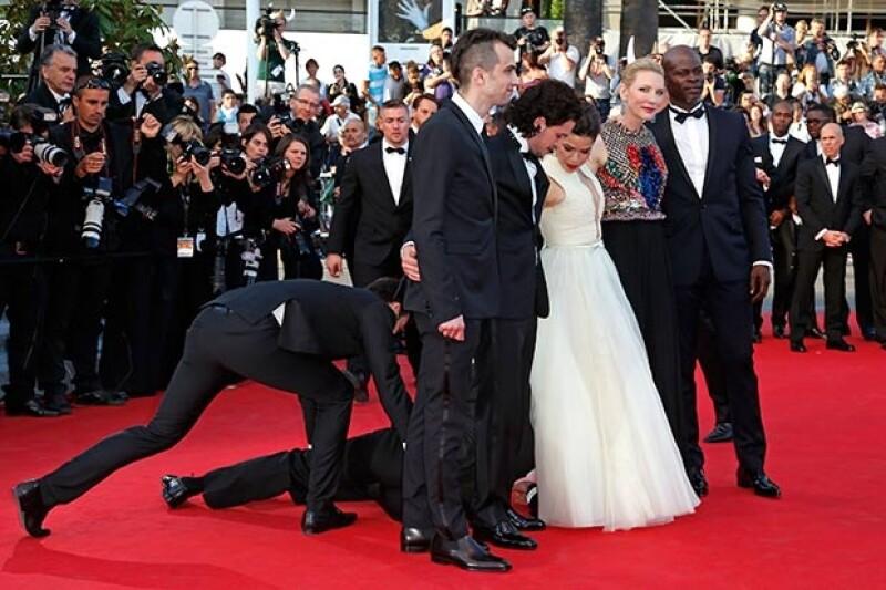 La actriz posaba con el elenco de una película en Cannes cuando el hombre la sorprendió, metiéndose debajo de su vestido.