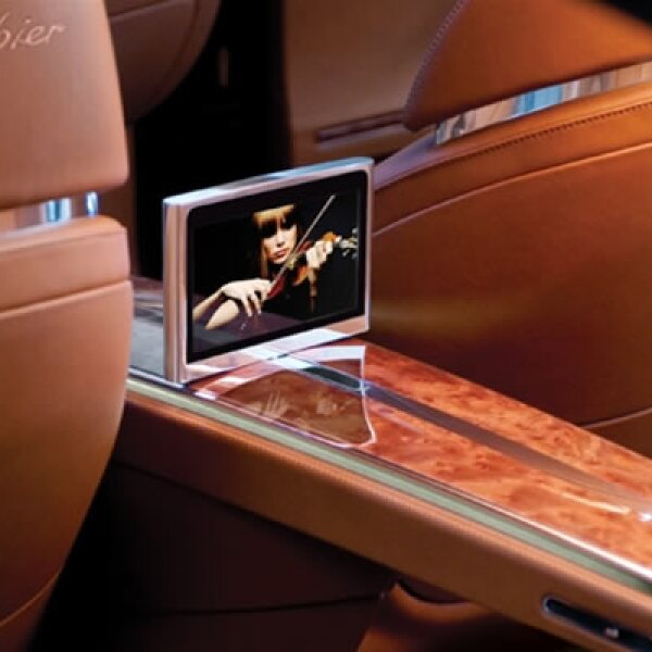 Un vehículo que no deja atrás el aspecto familiar e integra un DVD en su parte interior central.