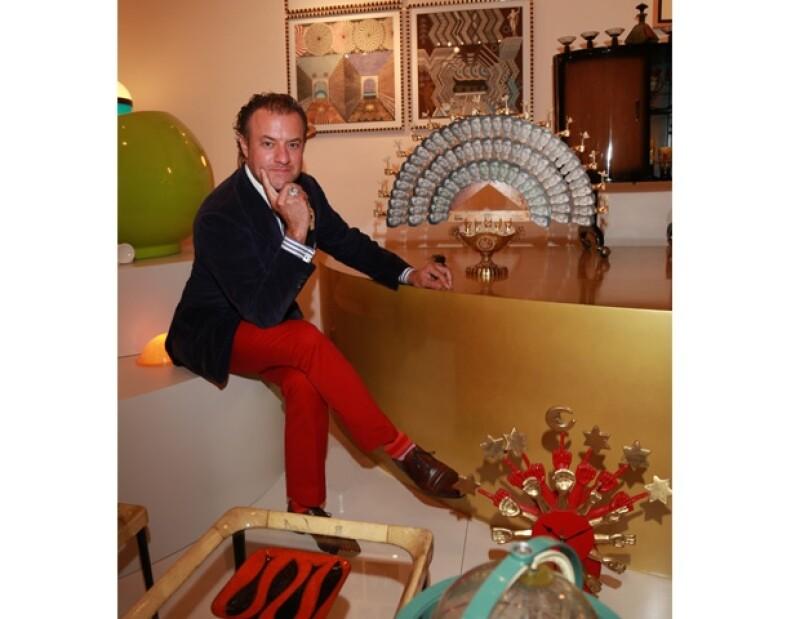 Alex posando con su pieza preferida realizada exclusivamente para él por Pedro Friedeberg. Se trata de un abanico hecho con fotografías de su esposa Aurelia.