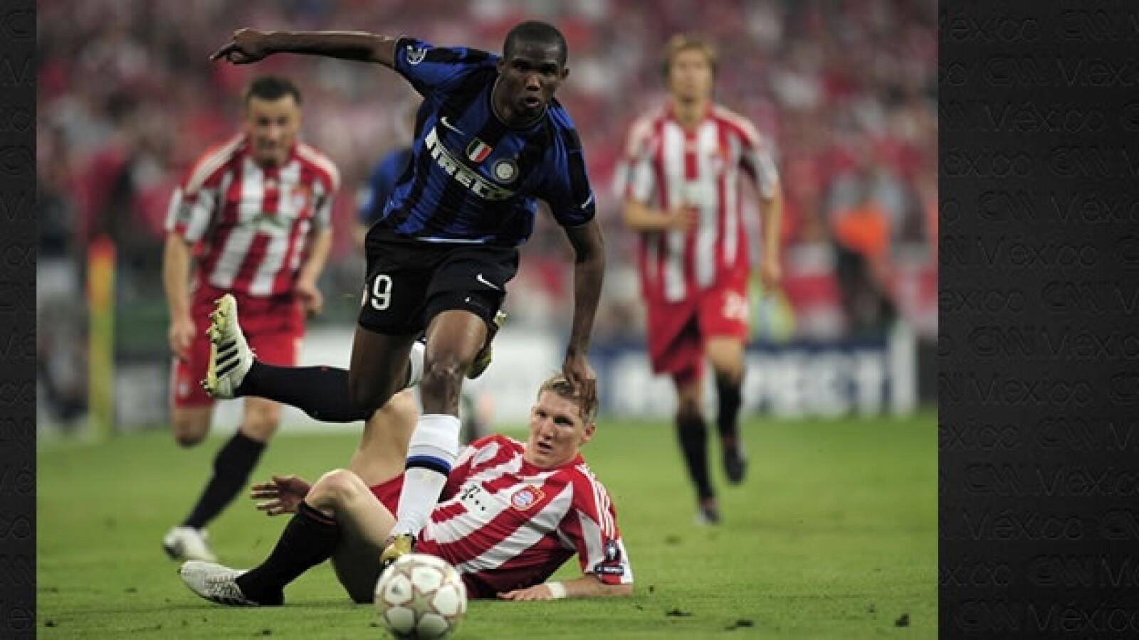 Samuel Eto durante un gol contra el Bayern Munich