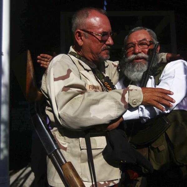 integrantes de las autodefensas se abrazan