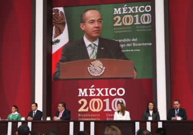 Calderón encabezó el domingo en Palacio Nacional la ceremonia del encendido del Fuego Bicentenario. (Foto: Notimex)