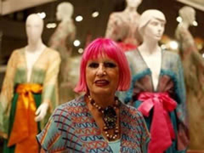La extrovertida diseñadora de modas, Zandra Rhodes, posa junto con algunos de sus diseños en México. (Foto: AP)