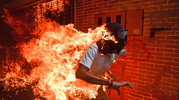 Joven en llamas