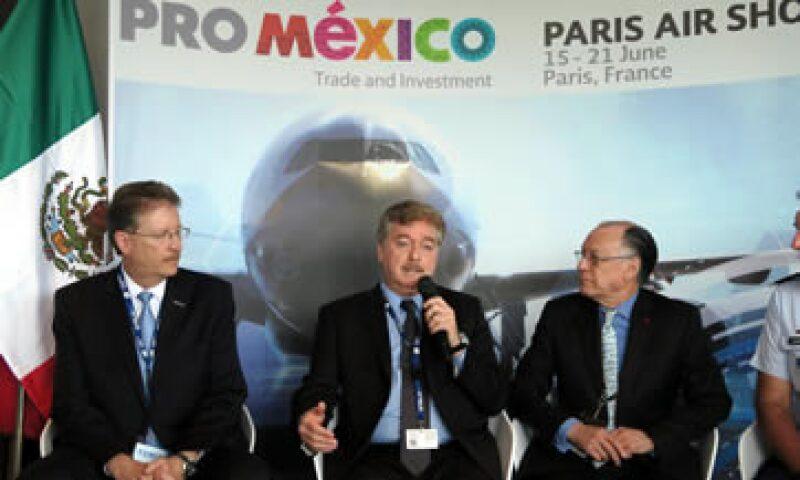 El avión está conformado por entre nueve y 10 piezas, dijo el mandatario Francisco Vega — centro—. (Foto: Notimex )