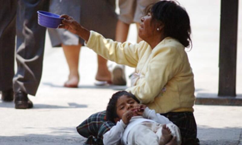 La crisis de 2009 dejó a 52 millones de pobres en México Mujer pide limosna (Foto: Notimex)