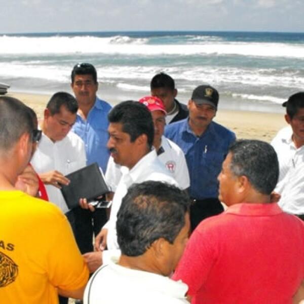 Pescadores de Puerto Escondido reaccionan ante alerta de oleaje