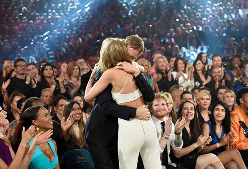 La pareja no había confirmado su relación aunque ya se les veía en todas partes juntos. Sin embargo, después de demostrarse afecto en los Billboard ya no hay necesidad de anunciarlo oficialmente.