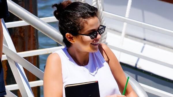 Selena Gomez en un yate con un misterioso acompañante