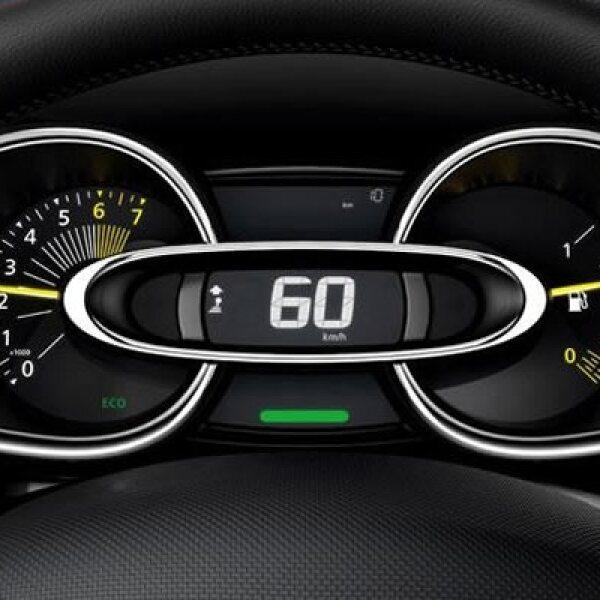 Debajo del capó también hay opciones, puesto que se puede optar por un motor turboalimentado de gasolina de tres cilindros y 0.9l que consume un promedio de 4.3 l/100 km u otro diésel dCi de cuatro cilindros con 1.5L que gasta una media de 3.2l/100 km.