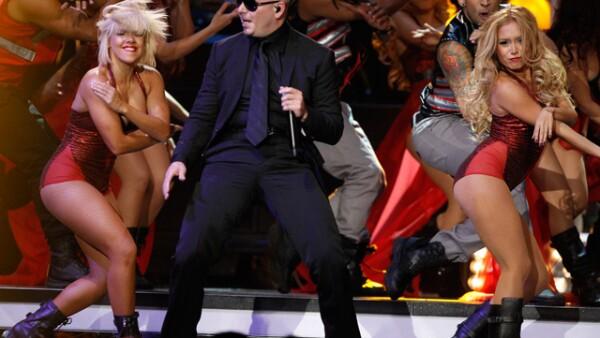 En punto de las 19:00 horas, el encargado de abrir el espectáculo de la entrega de premios a lo mejor de la música latina fue Pitbull, con su particular ritmo y coreografías.