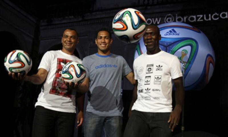 Adidas tiene un acuerdo con la FIFA para diseñar toda la vestimenta y el balón oficial para el Mundial. (Foto: Reuters)
