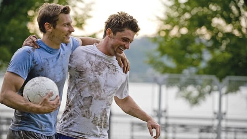 Gett adolescentes jugando futbol jovenes amigos deportes ejercicio