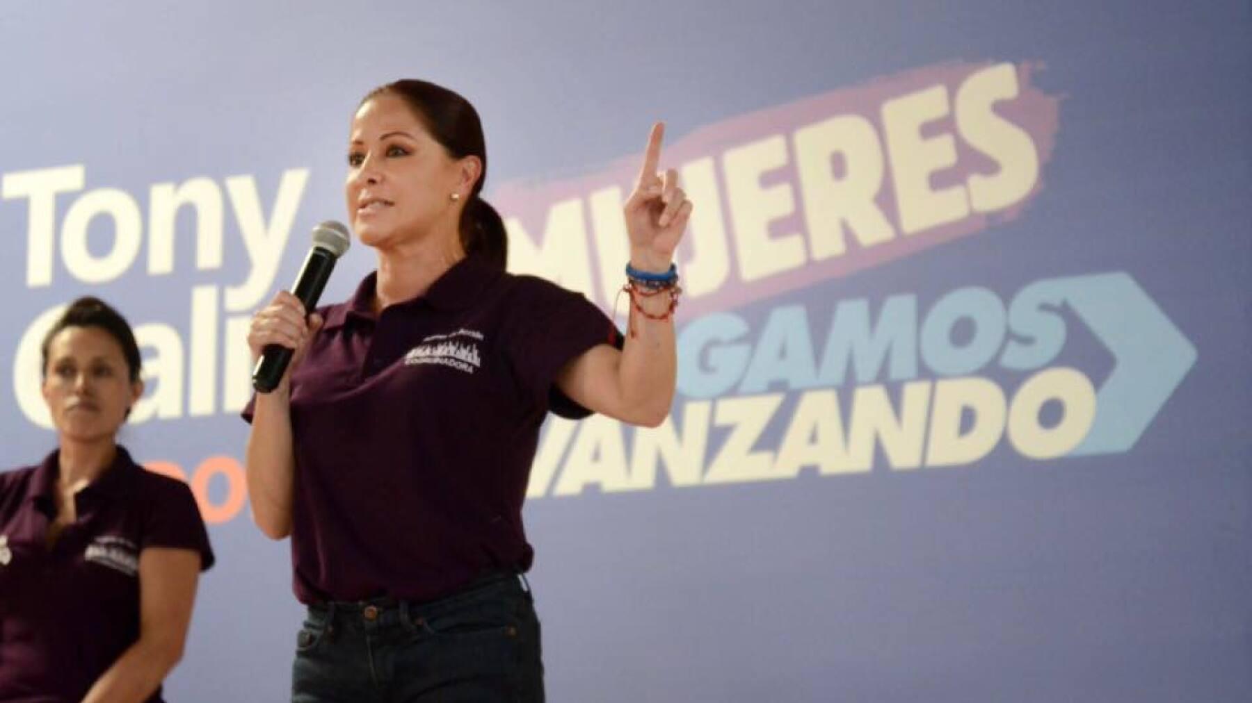 La esposa del panista encabeza la Red de Mujeres en Acción para promover el voto a favor del panista Antonio Gali.