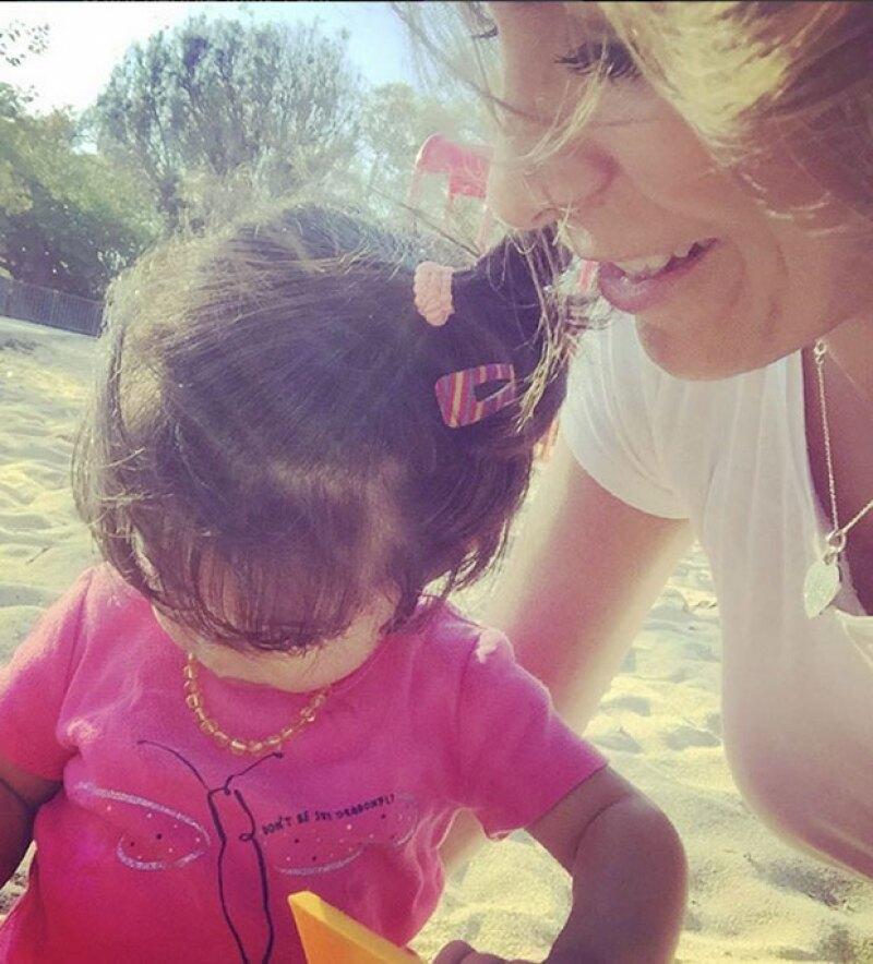 Alessandra Rosaldo compartió la evolución del caminar de su hija, quien al parecer, ya sabe a la perfección cómo pasear a su perrita Fiona.
