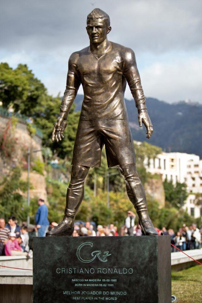 La estatua fue fabricada con 800 kilos de bronce y con una altura de 2 metros y 40 centímetros.