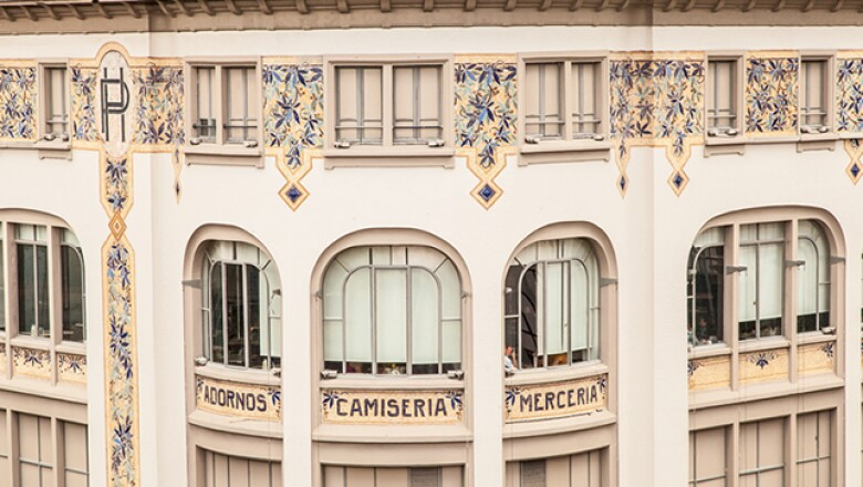 En 1914 la construcción original sufrió un incendio y en 1921, el almacén de varios pisos se reinauguró mostrando la fachada que perdura actualmente.