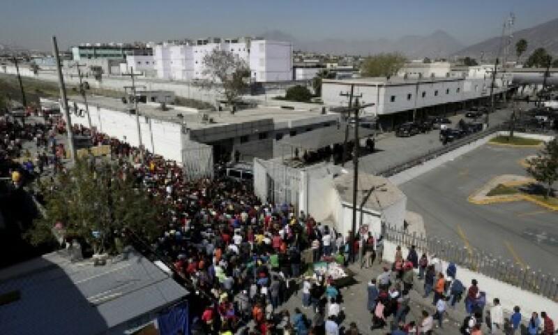 La incertidumbre ha reinado en el exterior del penal (Foto: Reuters)