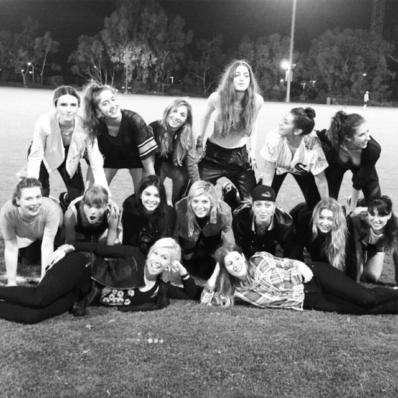 Las amigas de la guapa modelo también fueron parte de la celebración. Aquí, intentando hacer una pirámide en el campo.