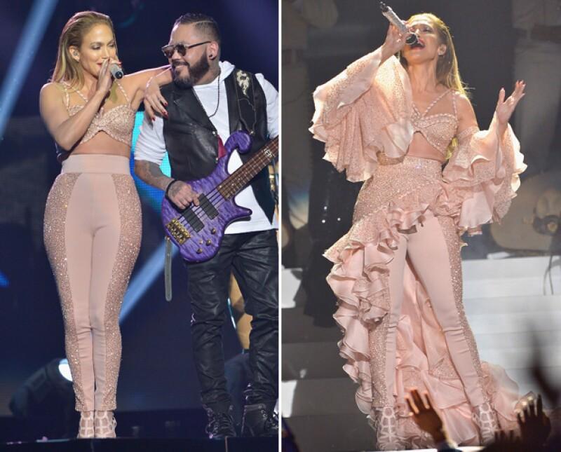 La cantante interpretó un popurrí de los grandes éxitos de la artista de Texas y contó con la colaboración sobre el escenario de las hermanas y del viudo de Selena.